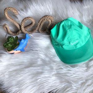 Nike Dri-fit feather light baseball cap mint/white